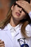 Manteau femelle de laboratoire de With Headache Wearing de médecin photos libres de droits