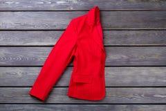 Manteau rouge plié de femme image stock