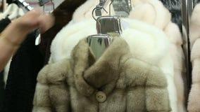 Manteaux de fourrure de magasin banque de vidéos