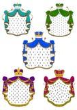 Manteaux et couronnes royaux cérémonieux colorés illustration stock