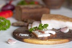 Manteca de cerdo salada del cerdo (salo) en el pan de centeno Imagen de archivo libre de regalías