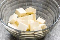 A manteiga corta dentro uma bacia Imagem de Stock Royalty Free