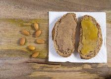 Manteiga da amêndoa e sanduíche aberto do mel cru Imagem de Stock Royalty Free