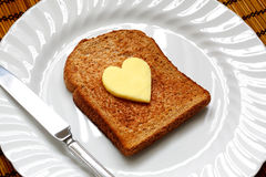 Manteiga dada forma coração no brinde imagem de stock