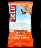 Manteiga de amendoim de Cliff Bar Energy Bar Crunchy em um contexto preto fotografia de stock royalty free