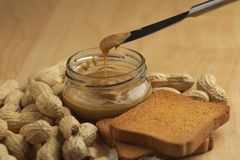 Manteiga de amendoim com biscoitos Imagens de Stock Royalty Free