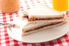 Manteiga de amendoim e sanduíche da geléia Imagens de Stock Royalty Free