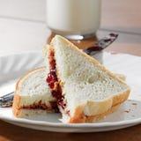 Manteiga de amendoim e sanduíche da geléia imagem de stock