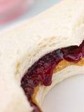 Manteiga de amendoim e sanduíche da geléia da framboesa fotos de stock royalty free