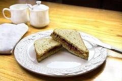 Manteiga de amendoim e sanduíche da geleia Fotos de Stock