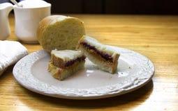 Manteiga de amendoim e sanduíche da geleia Imagem de Stock