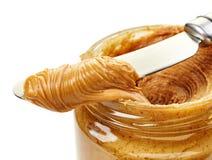 Manteiga de amendoim espalhada em uma faca fotos de stock