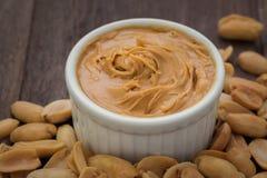 Manteiga de amendoim na bacia e nos amendoins Fotografia de Stock Royalty Free