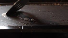 Manteiga de derretimento em uma chapa para assar vídeos de arquivo