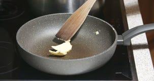 Manteiga de derretimento na bandeja quente filme