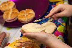 Manteiga de espalhamento da mulher Imagem de Stock Royalty Free