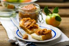Manteiga de maçã do caramelo em fatias do pão Foto de Stock