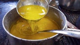 Manteiga derretida de derramamento Fotos de Stock Royalty Free