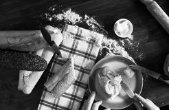 Manteiga do pão fresco, dos Baguettes, do queijo e do irlandês - preto e branco imagens de stock