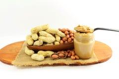 Manteiga e amendoins de amendoim inteiros e descascados Fotografia de Stock