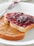 Manteiga e geléia de amendoim em partes de pão. foto de stock royalty free