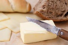 Manteiga e pão, queijo para o café da manhã, sobre o backgrou de papel Imagem de Stock Royalty Free