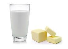 Manteiga fresca e leite isolados no fundo branco Foto de Stock Royalty Free