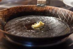 Manteiga na frigideira do ferro imagens de stock