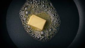 Manteiga que derrete em fritar Pan Overhead Shot vídeos de arquivo