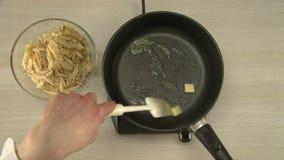 Manteiga que derrete em uma frigideira quente video estoque