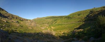 Manteigas绿色冰河谷在Serra da Estrela,葡萄牙的 免版税库存照片