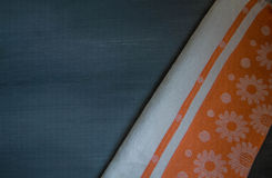 Mantel anaranjado en la opinión negra de madera de la tabla del top imagenes de archivo