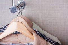 Mantel-Aufhängungen auf Zahnstange lizenzfreie stockfotos