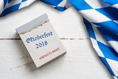 Mantel bávaro en fondo de madera y un calendario de rasgón con el ` de Oktoberfest del ` del lema 2018 imagen de archivo libre de regalías