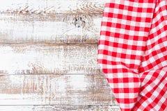 Mantel a cuadros arrugado en una tabla de madera, falsa para arriba, visión superior fotografía de archivo libre de regalías