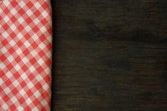 Mantel de la comida campestre en la vieja opinión de sobremesa de madera Fotografía de archivo
