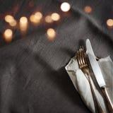 Mantel de lino negro con los cubiertos de plata finos Fotografía de archivo