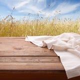 Mantel en la tabla de madera en cocina Lona, toallas de plato en mofa de la opinión superior de la cocina para arriba Foco select fotografía de archivo libre de regalías