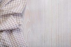 Mantel en un blanco de madera Fotografía de archivo