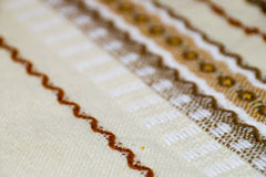 Mantel hecho a mano con el ornamento marrón Imagen de archivo
