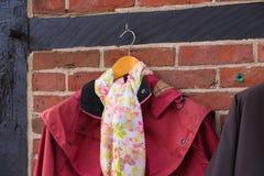 Mantel mit Schal lizenzfreie stockfotografie
