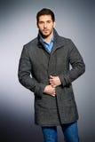 Mantel und Jeans lizenzfreie stockfotografie