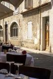Manteles blancos con clase en café elegante en una calle vieja con cerrado Imágenes de archivo libres de regalías