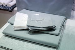 Manteles sobre la tabla Tabla de madera cubierta con el mantel Cuadrado de la textura de la visión superior Perspectivas únicas M fotos de archivo