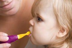 Mantendo-se os dentes limpam Imagens de Stock