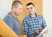 Mantenga al empleado con el arrendatario en la entrada imagen de archivo libre de regalías