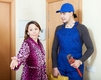 Mantenga al trabajador en uniforme vino al ama de casa - El fontanero en casa ...