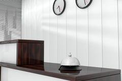 Mantenga Bell sobre el mostrador de recepción 3d rinden el interior Imagenes de archivo
