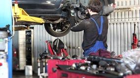 Mantenga el disco de freno oxidado del coche del cambio del hombre del trabajador almacen de video