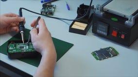 Mantenga el taller de reparaciones Mantenimiento y renovación del cargador del ordenador portátil almacen de video